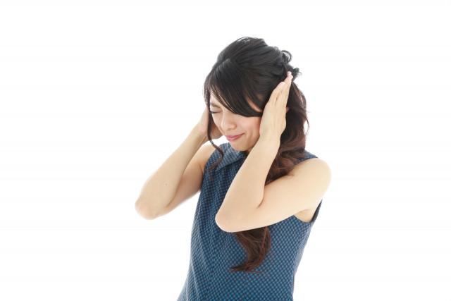 頭を抱える女性の写真