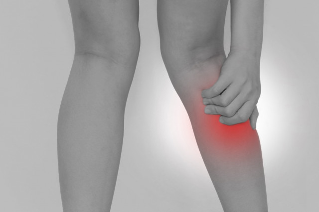 足を痛めた人の写真